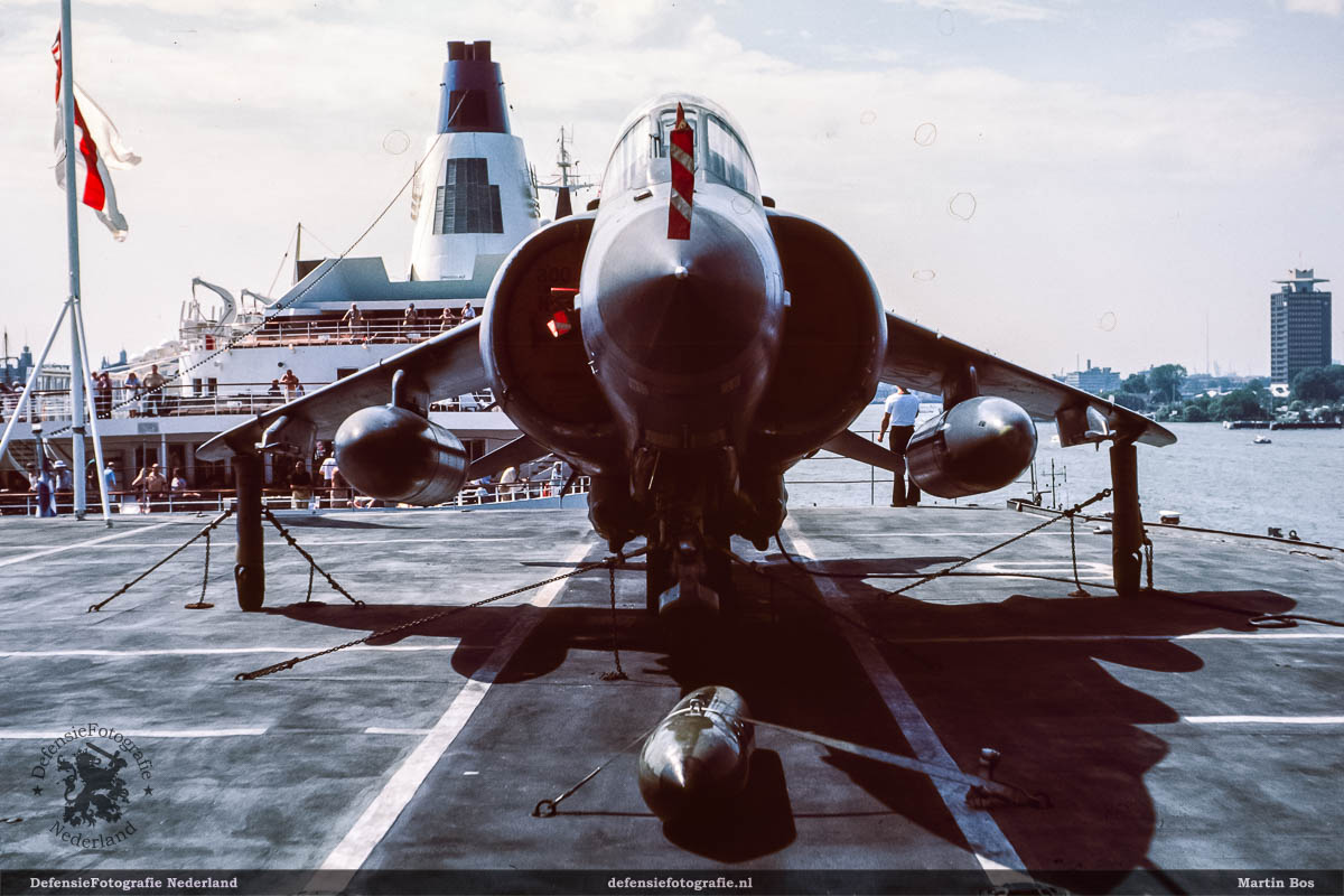 Frontaal zicht op de Sea Harrier