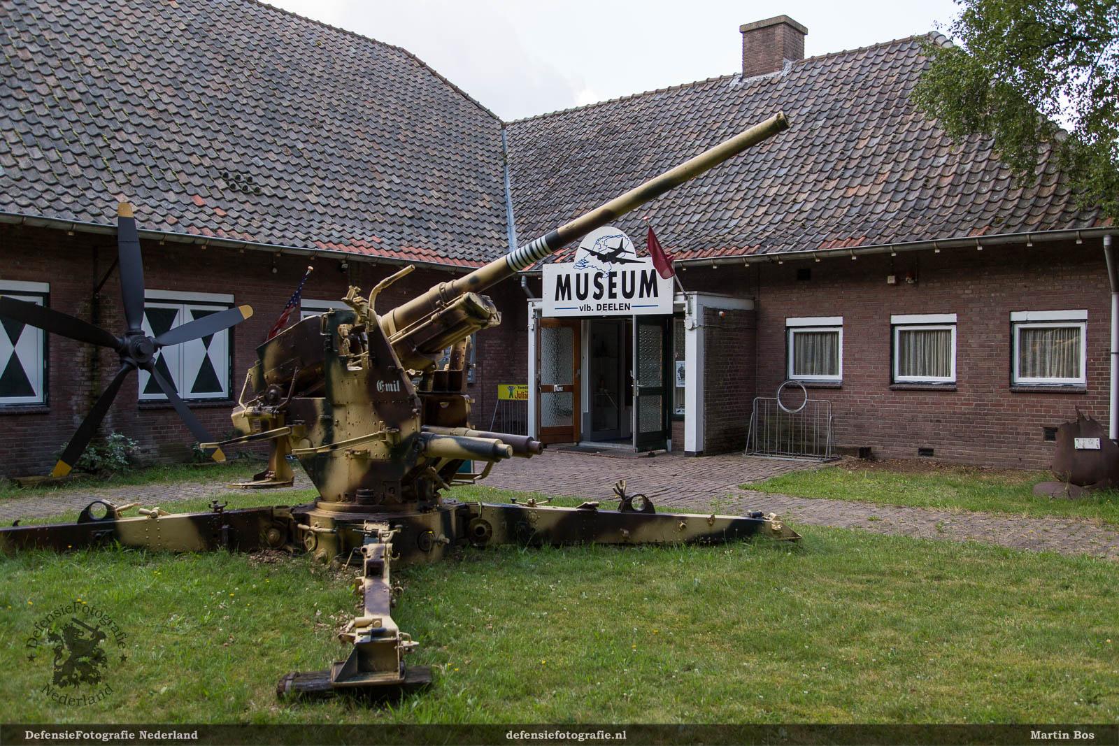 Ingang museum, het kanon Emil