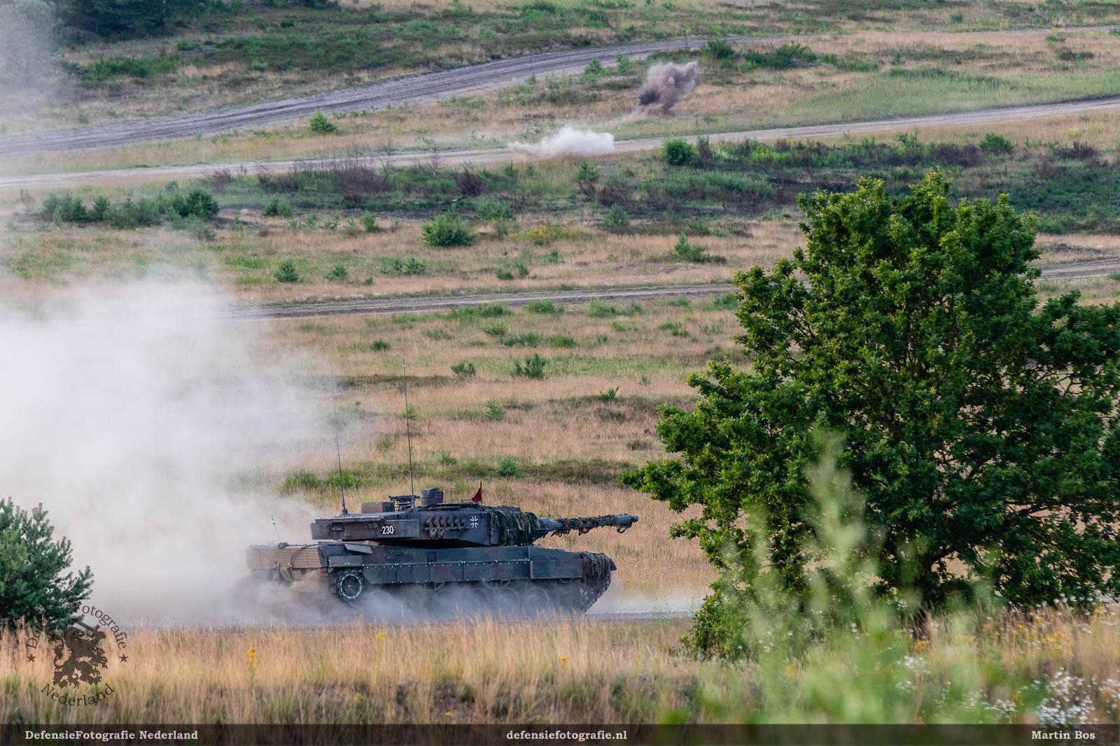 Schieten met de Leopard 2A6 (let op de inslag van de segmenten op de achtergrond)