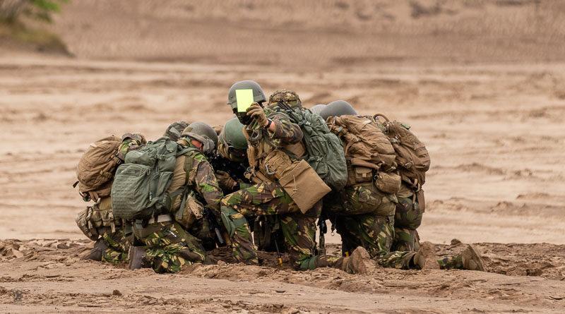 Militairen met flashcard